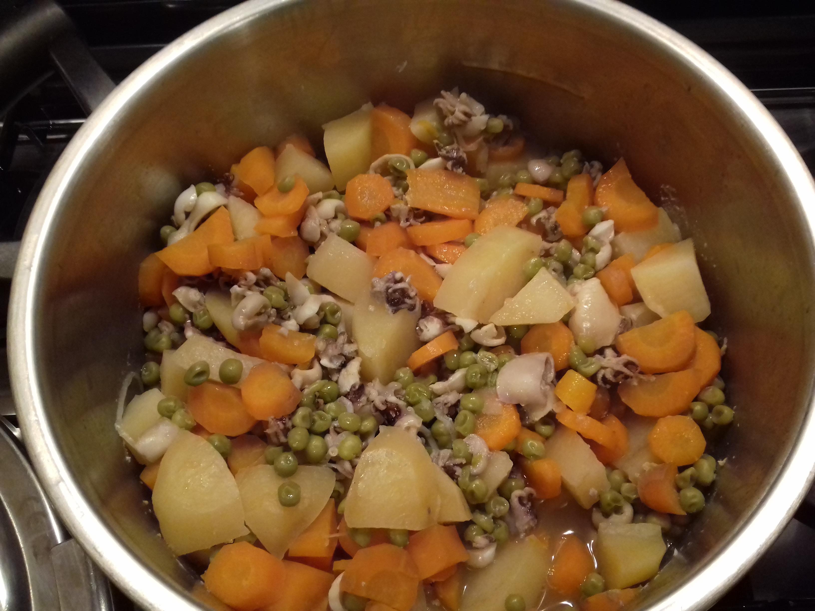 Seppioline con patate,piselli e carote