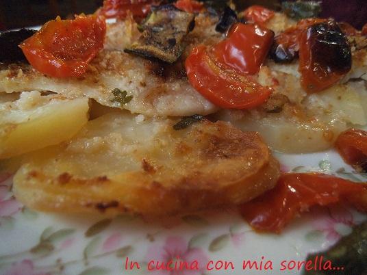Cernia su letto di patate con pomodorini e zucchine - Pesce su letto di patate ...