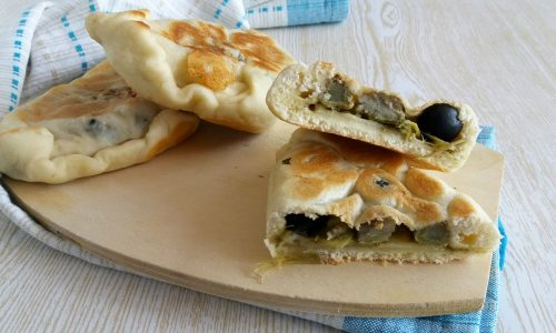 Calzone ai carciofi e olive in padella