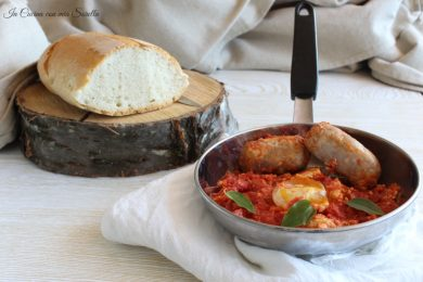 Salsiccia e uova al sugo