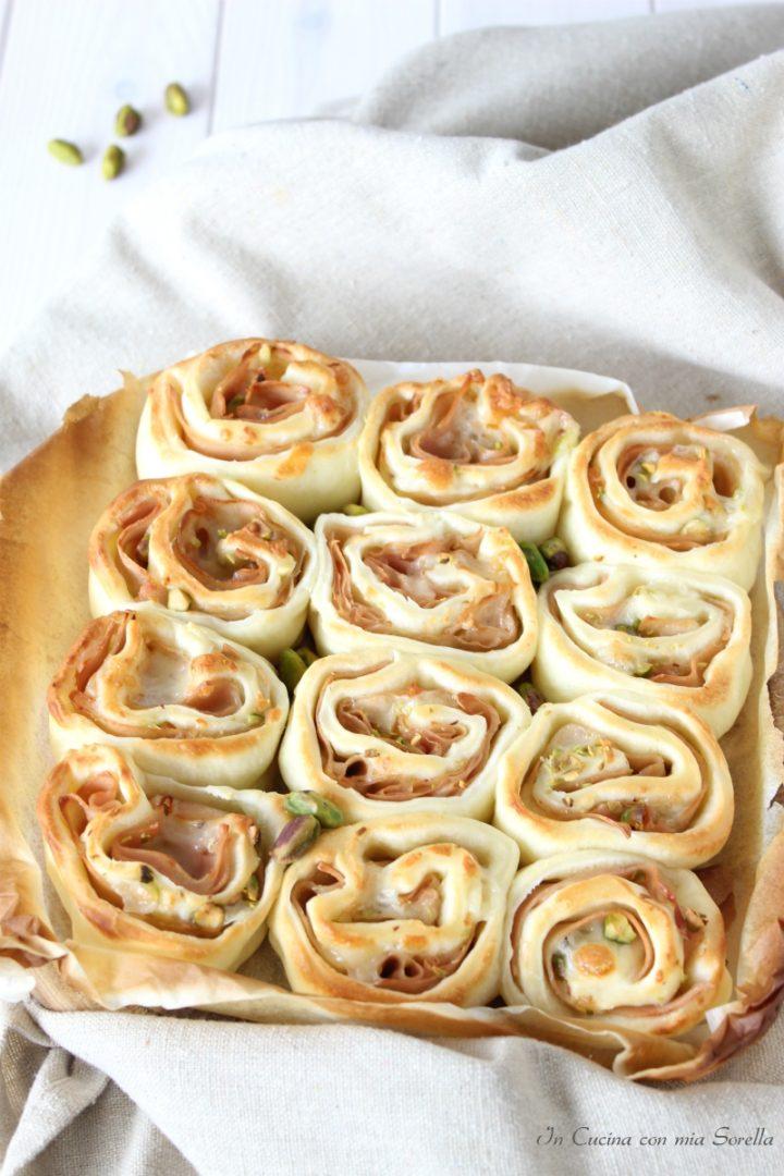 Torta di rose con mortadella e pistacchi