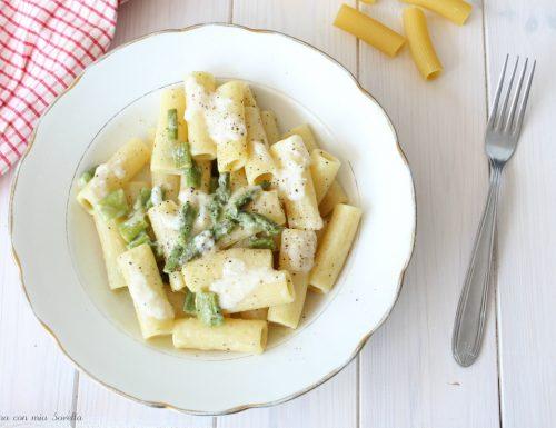 Pasta cacio e pepe con asparagi