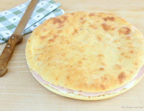 Schiacciata farcita con mortadella e formaggio