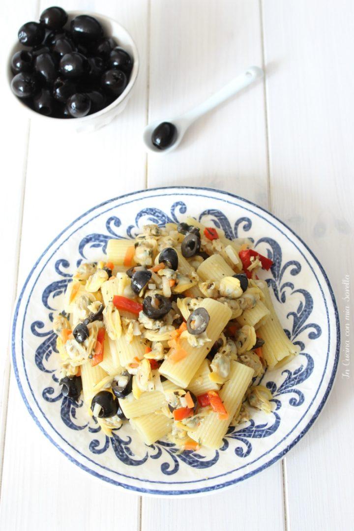 Insalata di pasta con vongole e olive