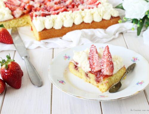 Poke cake al cocco e fragole