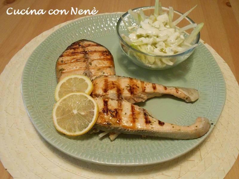 Salmone alla griglia con insalata di finocchi