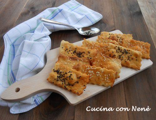 Crackers alla paprika e semi di sesamo