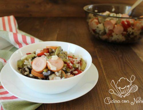 Insalata di riso fredda con ratatouille, fagiolini e wurstel