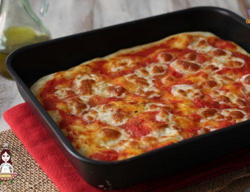 Pizza fatta in casa in teglia