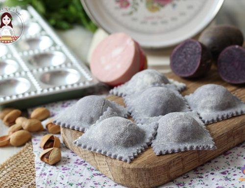 Ravioli viola ripieni di mortadella, burrata e pistacchi
