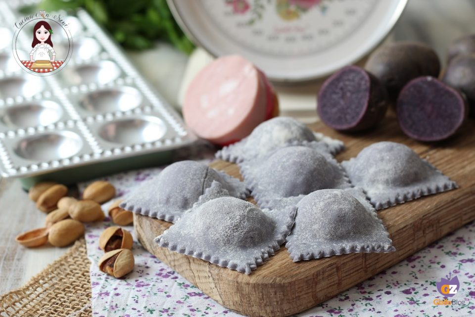 Ravioli viola ripieni di mortadella burrata e pistacchi