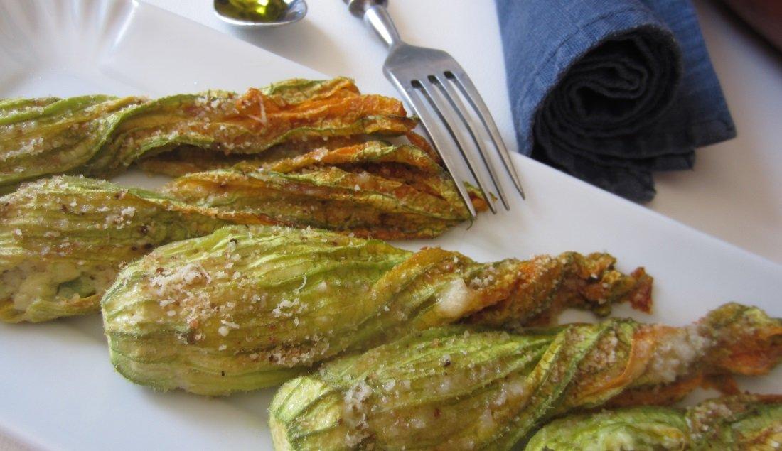 Fiori zucchine ripieni alle erbe aromatiche secondo vegetariano