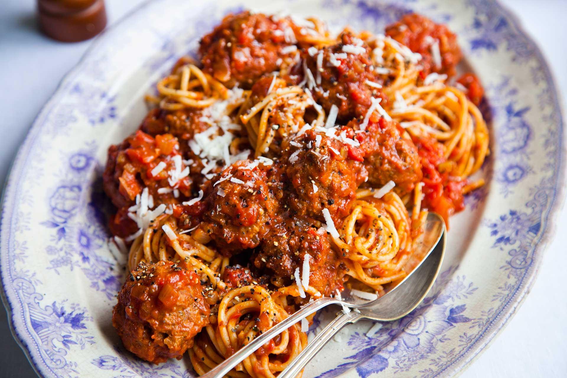 Nidi spaghetti con polpette patate cotechino lenticchie al sugo