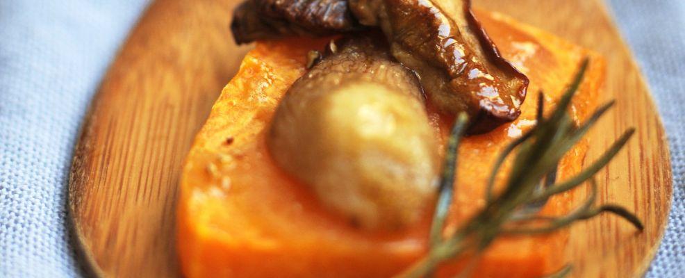 Tagliere zucca gialla funghi porcini rosmarino al forno