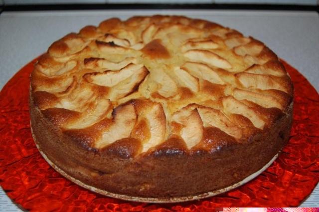 Torta di mele uva sultanina amaretti aromatizzata rum bianco