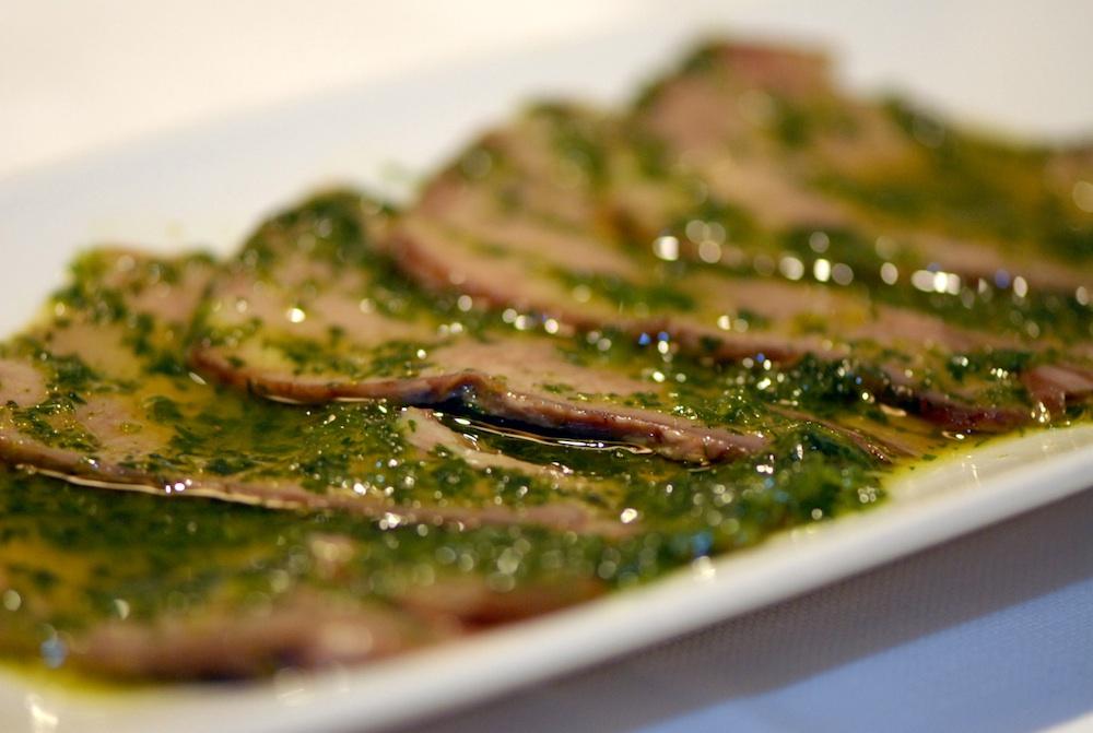Antipasto tradizionale piemontese lingua vitello salsa verde