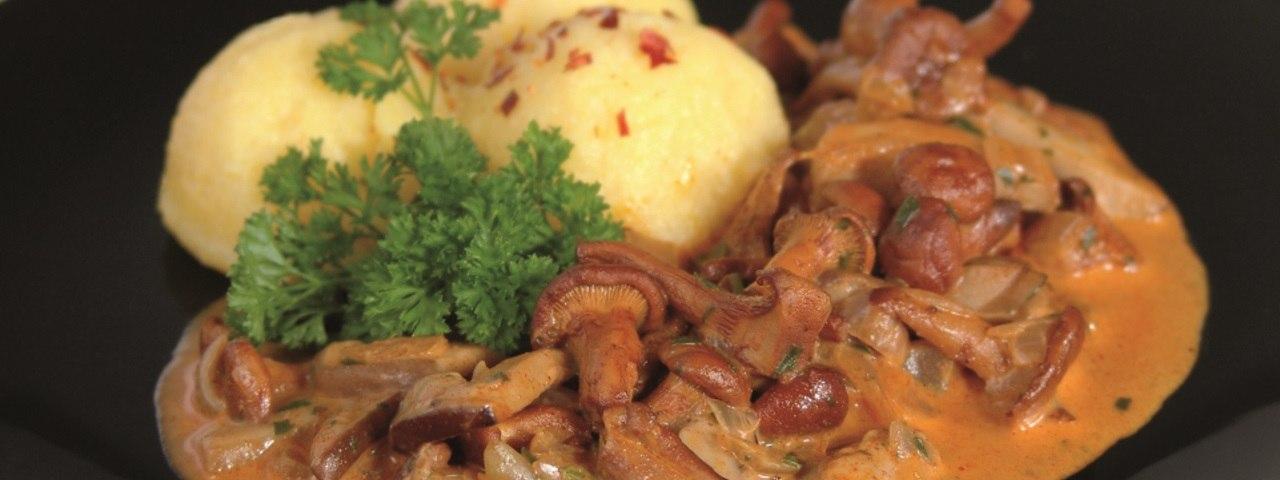 Gulasch finferli con canederli di patate alla tirolese