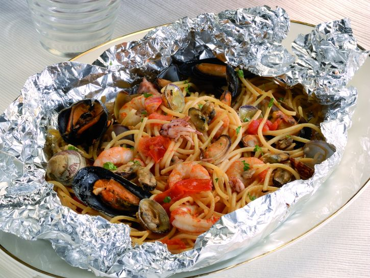 Spaghetti frutti di mare al cartoccio e risotto allo scoglio