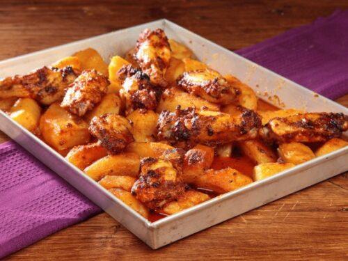Ali di pollo con patate alla messicana per una cena informale