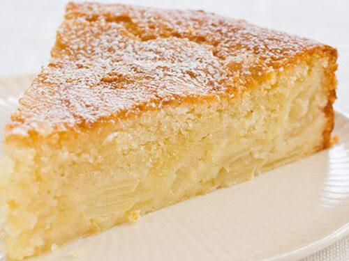 Una torta al miele con frutta e yogurt
