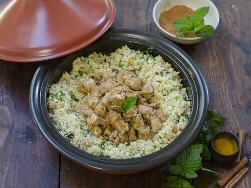 Piatto unico Taijne spezzatino Pollo speziato con cous cous uvetta Piselli