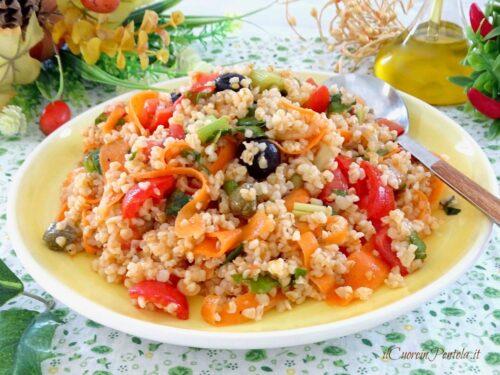 Insalata araba estiva con bulgur e verdure di stagione