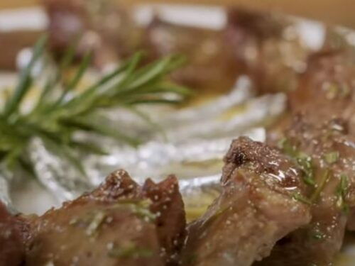 Piatto di carne: costolette e salsa di rosmarino