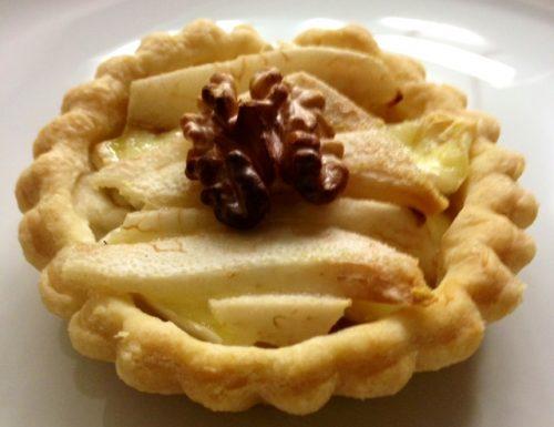 Tartellette di pasta brise' con brie e fettine di pera
