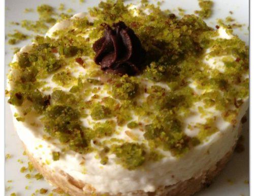 Torta fredda allo yogurt con granella di pistacchi