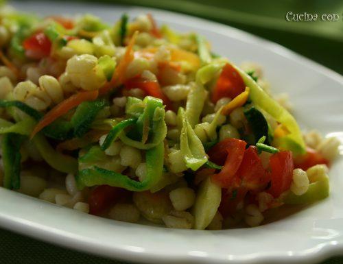 Orzo freddo con verdure e nocciole