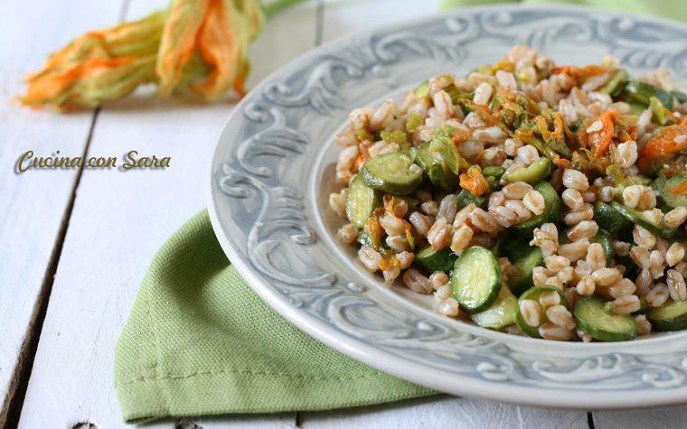 Insalata di farro con zucchine e fiori – ricetta estiva