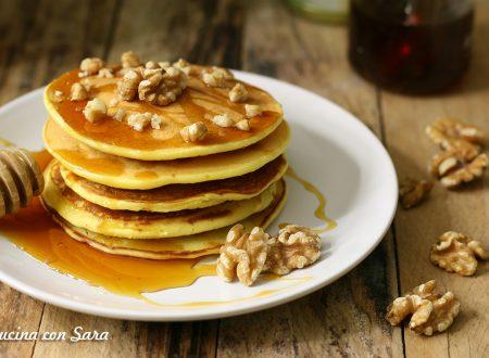 Pancakes ricetta con miele di castagno e noci