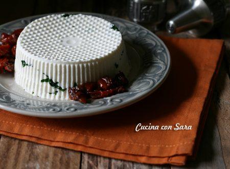 Formaggio fatto in casa con prezzemolo e pomodori secchi