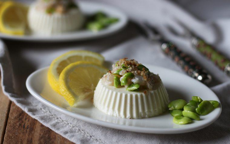 Panna cotta salata con tartare di gamberi, fave e crumble di pane