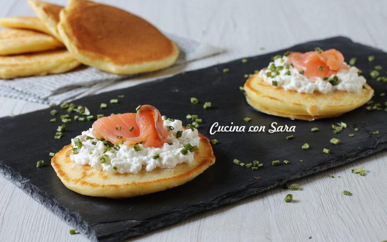 Pancakes salati con salmone e fiocchi di latte