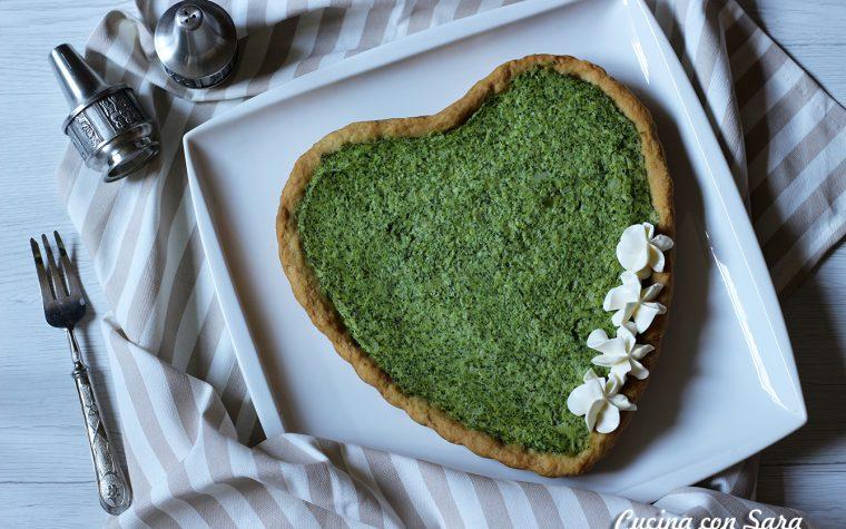 Torta salata a forma di cuore con broccoli e formaggio