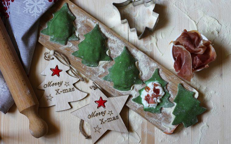 Ravioli natalizi con crudo e ricotta