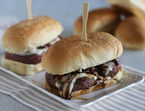Ricetta hamburger con cipolle caramellate e salsa allo yogurt