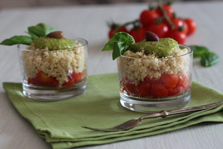 Cous cous estivo con pesto, pomodori e olive