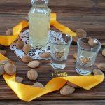 Liquore con noccioli di albicocca