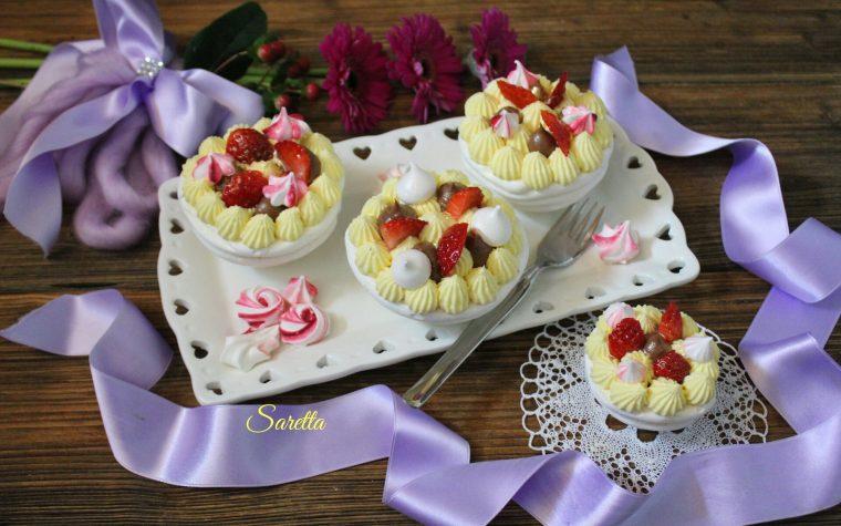 Pavlova con frutta e crema