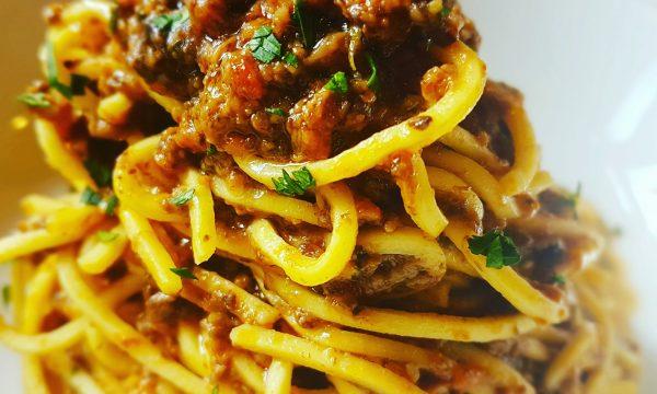 Spaghetti chitarra con funghi trifolati al vino