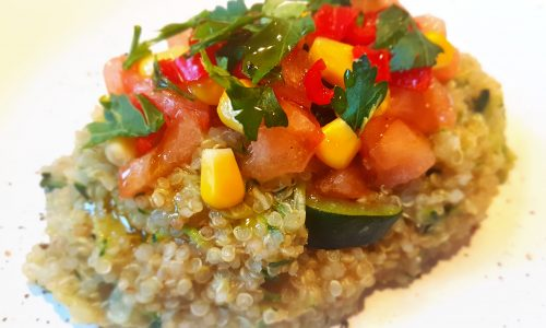 Insalata di quinoa in crema di zucchine con mais e pomodoro fresco