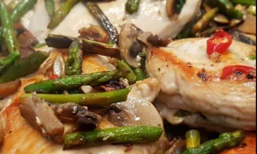 Petto di pollo con asparagi e funghi