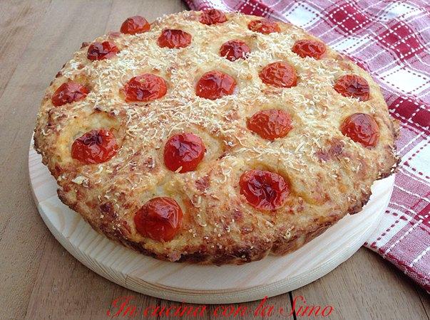 TORTAdi PANE secco con scamorza e pomodorini