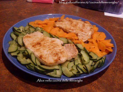 Bistecchine di lonza con verdure bicolori, ricetta secondo piatto di carne