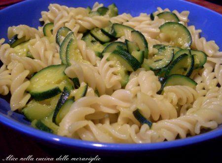Pasta zucchine e zafferano, ricetta primo piatto vegano