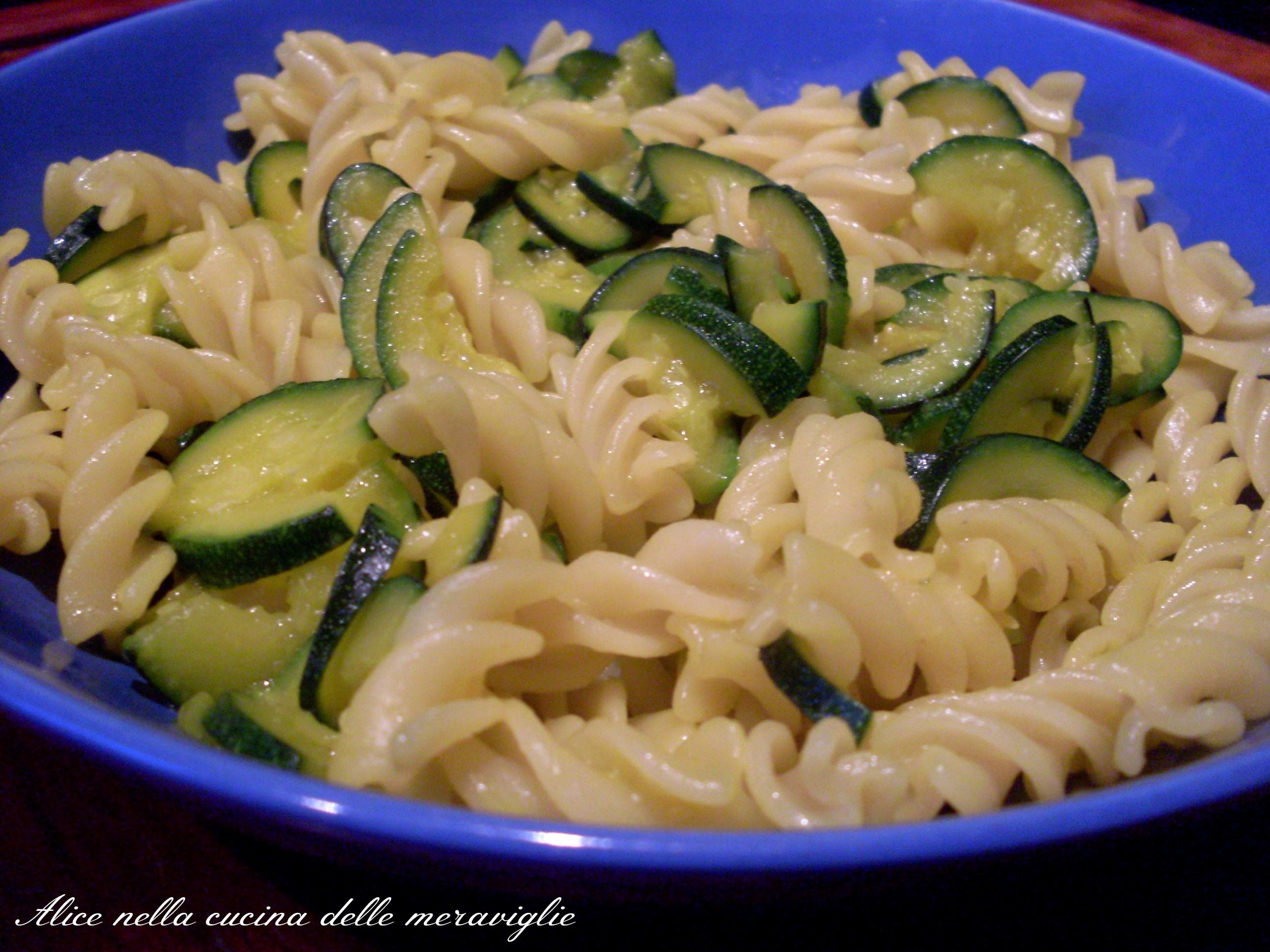 Pasta zucchine e zafferano Ricetta primo piatto vegano Alice nella cucina delle meraviglie