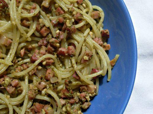 Spaghetti con pesto e pancetta, ricetta primo piatto