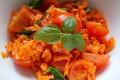 Insalata di pomodorini, carote e basilico, ricetta contorno vegano